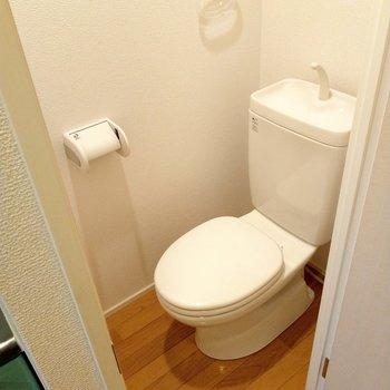 トイレも清潔♪クリアなタオルホルダー何だかお洒落。