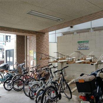 敷地内にゴミ置き場も駐輪場も。こちらは屋根付き。