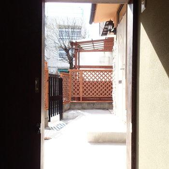 扉も茶室っぽく低めです。