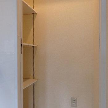 キッチン奥にパントリー(食料庫)が付いています ※写真は別部屋