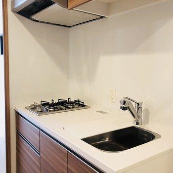 キッチンは2口ガスコンロ(※写真は12階の反転間取り別部屋のものです)