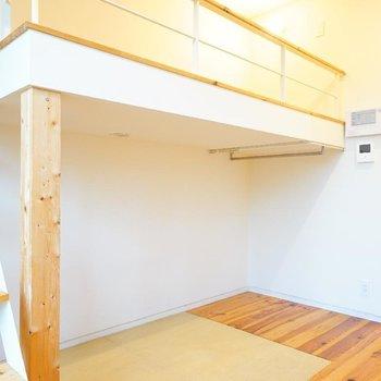 ロフトへ階段で行けるのがいいですね♪※写真は1階の反転間取り別部屋です