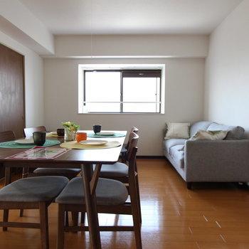 【LDK】お部屋のリビングにはダイニングテーブルをおいてもこの余裕感。※写真は前回募集時のものです