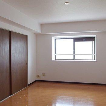 【洋室②】ここには大きなソファをおきたいなぁ。※写真は前回募集時のものです