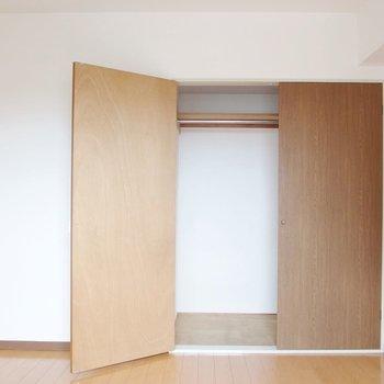 【洋室①】棚もついていて、奥行きもあります。※写真は前回募集時のものです