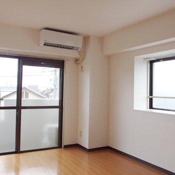 【洋室①】バルコニー横の洋室。窓が2面なので明るい。※写真は前回募集時のものです