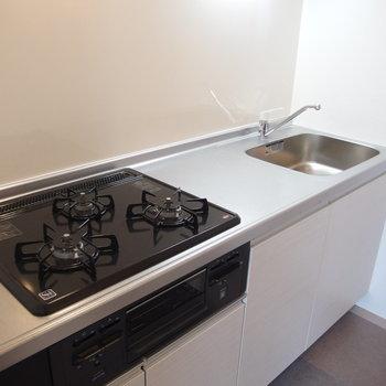 キッチンにはもちろんグリルも!3口あればなんでも料理できそうですね。※写真は前回募集時のものです