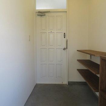 広々玄関スペースです。自転車でも置きましょうか。