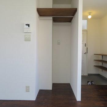 収納に扉は無いですね。何か掛けておきましょうか。