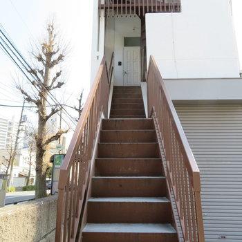 レトロな階段です。ベースに帰りましょう♪