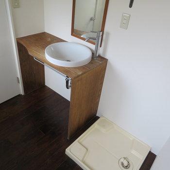 洗濯機置場は脱衣所とは別の場所にあります。