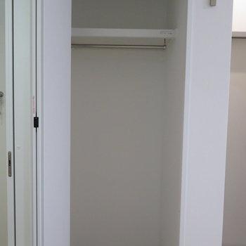 クローゼットは小さめです。※掲載写真は別部屋です。