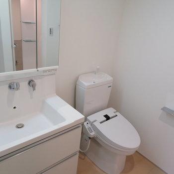 水回り部分。温水便座付きのトイレです。※掲載写真は別部屋です。