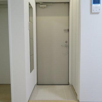 玄関スペースにある鏡が嬉しい。身だしなみをチェックしましょう。※掲載写真は別部屋です。