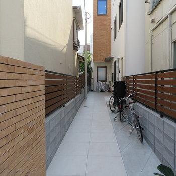 自転車も置ける共用部です!※掲載写真は別部屋です。