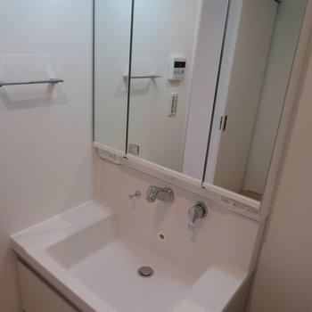 洗面台は嬉しい三面鏡です!とりあえず色んな角度から見てみましょうか。※掲載写真は別部屋です。