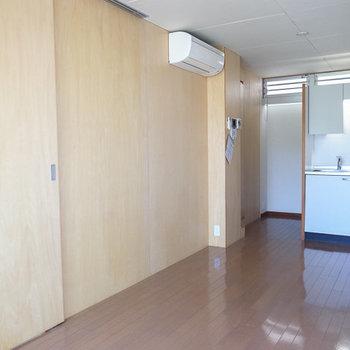 壁にも木を使っています。※写真は別部屋です