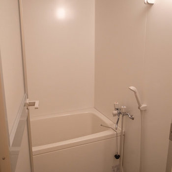 お風呂には浴室乾燥機能も付いてますよ。※写真は別部屋です