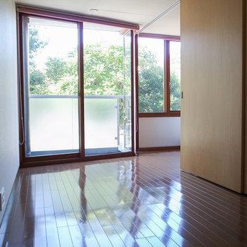 窓から見える緑が綺麗。※写真は別部屋です