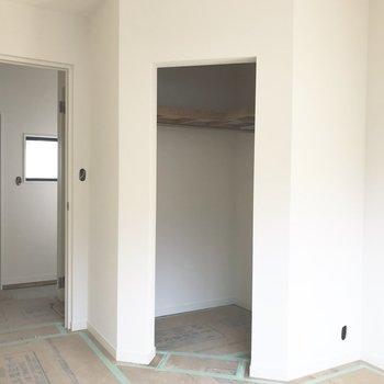 お部屋の入り口にはウォークインクローゼットが!※工事中の写真です。