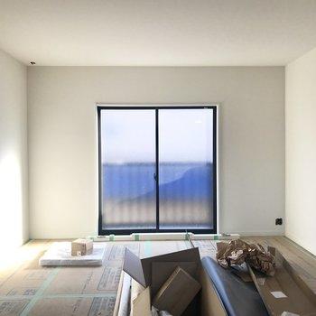 南向きの窓からの明るい光が!※工事中の写真です。
