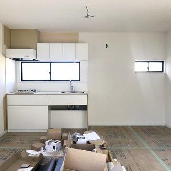 キッチン横にもスペースが沢山!※工事中の写真です。