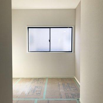もう一つのお部屋にも南向きの窓が!※工事中の写真です。