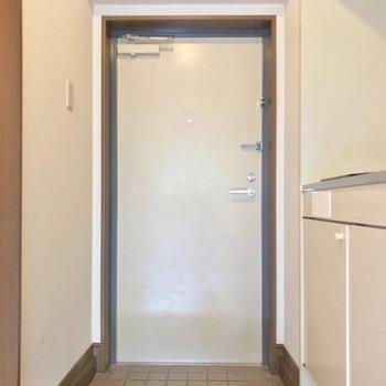玄関はコンパクト。シューズボックスは無いので、よく履く1〜2足を出しっぱなしにしておこう。