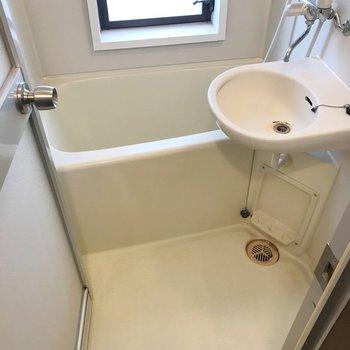 お風呂は2点ユニット。窓付きで明るいです!