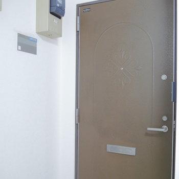 お部屋の扉は年季感じますね。