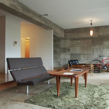 モルタル仕上の床、白塗装の天井、憧れます!※写真は別室でのリノベーション例です