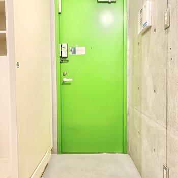 こちらは玄関口。鮮やかなグリーンが目を惹きます!