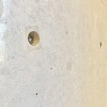 壁掛けフックを付けることができるんです。