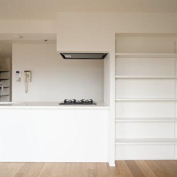 棚が備え付きで、家具を置く必要がないのはいいですね!