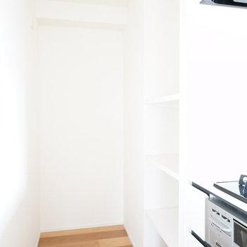 奥に冷蔵庫と棚置場が!