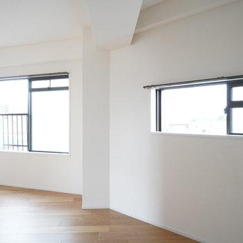 寝室からも窓が2箇所見えます