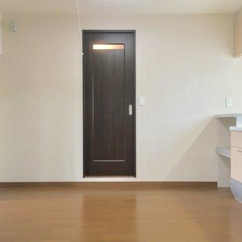 約4.5帖の洋室からキッチン方面へ。正面の引き戸を開けると・・・
