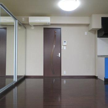 左が鏡付きの収納。右がキッチンです。