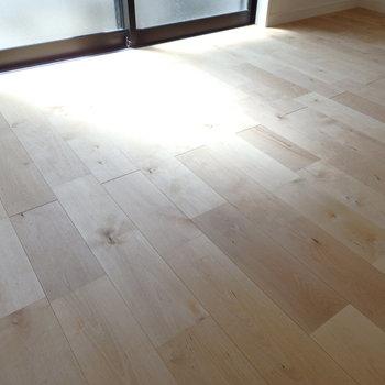 床には明るめのトーンのバーチ材(樺桜)を使っています
