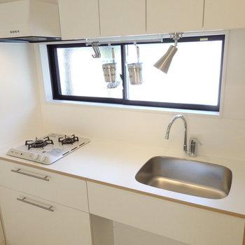 シンプルなデザインキッチン。作業スペースをしっかり確保