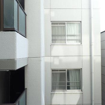目の前は同じマンションのお向かいさん。。※前回募集時の写真です