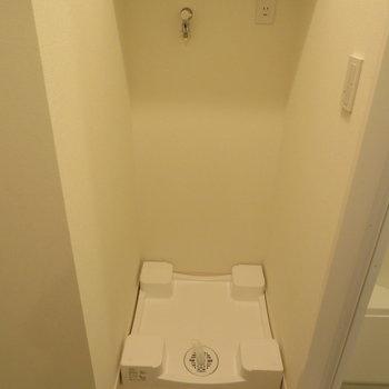 脱衣所にある洗濯機置場です。