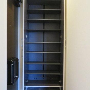 天井まであるシューズボックスは容量充分。