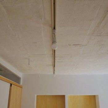 天井はコンクリむき出し。※写真は前回撮影時のもの