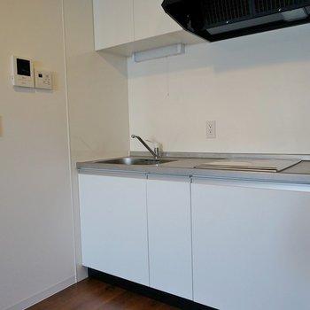 白でシンプルなキッチン