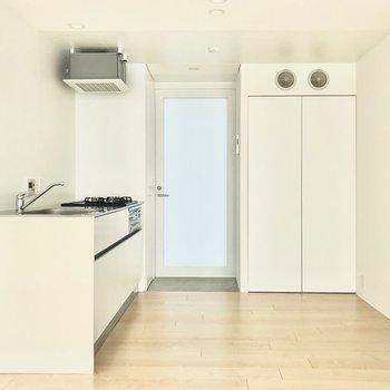 【下階】キッチンや扉は白で統一されています