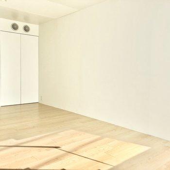 【下階】幅のある家具も置くことができますよ