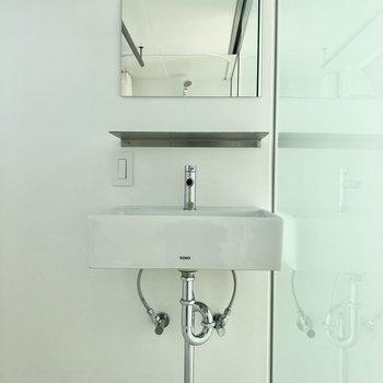 スッキリとした洗面台※写真は通電前のものです