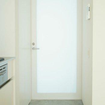 玄関は乳白。光が僅かに透けています。