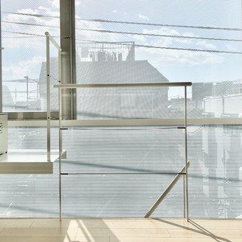 【上階】磨りガラスになっているため、外の視線が気になることはなさそう